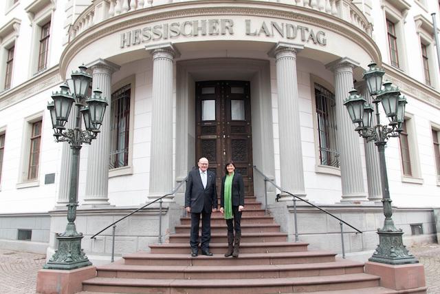Ziehen gemeinsam positive Bilanz nach zwei Jahren Zusammenarbeit in Wiesbaden: Kurt Wiegel (CDU) und Eva Goldbach (Grüne). Foto: privat