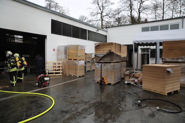 Glück gehabt: Die Feuerwehr konnte den Brand in der Lagerhalle für Grillanzünder schnell löschen. Fotos: privat