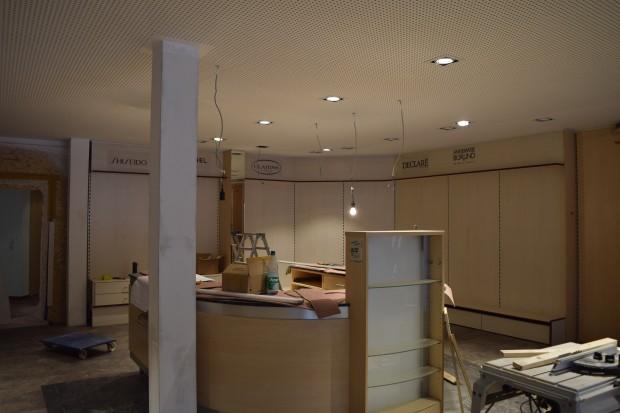 """Noch gleicht der Innenraum der Parfümerie """"Mainzer Tor"""" noch eher einer Baustelle als einer Wohlfühloase. Das soll sich bis zur Neueröffnung am Montag ändern und die Kunden dürfen weiter gespannt sein. Foto: ls"""