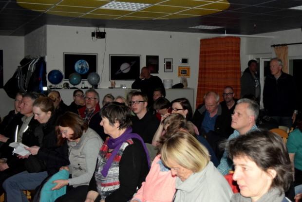 50 Zuschauer füllten das Gebäude der Sternenwelt.