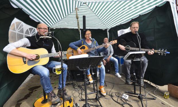 """Sorgten für die Musik: die Band """"Chris & me"""" zusammen mit dem Musiker Stefan Jehn"""