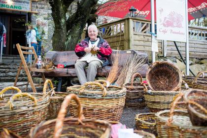Gudrun Müller bietet handgefertigte Bauernkörbe an. Foto: Steffen Löffler