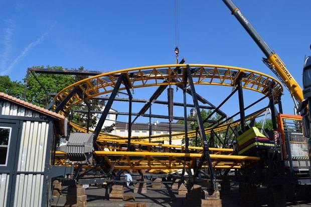 Eine Achterbahn entsteht: Schnappschuss vom Aufbau des Pfingstmarkts 2016. Foto: ls