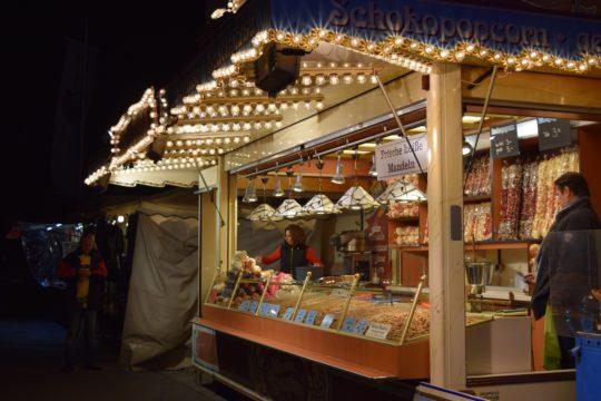 Sorgten für den typischen Pfingstmarkt-Geruch: gebrannte Mandeln. Foto: ls