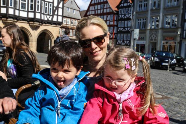 Elisabeth Lippert - hier mit ihren Zwilligen Moritz und Carla - geht an Muttertag mit ihrer Mutter essen, schenkt ihr auch eine Kleinigkeit und bekommt auch Selbstgemachtes von ihren Kindern. Fotos: kiri