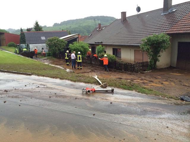 Traurig, aber wahr: Einen Tag nachdem die Wassermassen durch Sichenhausen flossen, wurde der Ort schon wieder von einer Schlammlawine getroffen. Foto: Matthias Kipper.