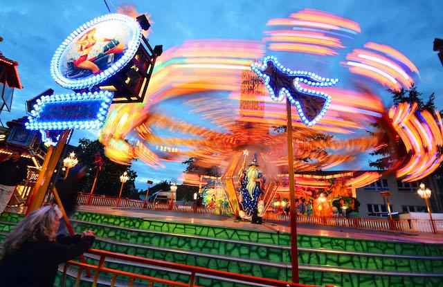 Machen das abendliche Wandeln über den Pfingstmarkt interessant: Die vielen bunten Lichter. Foto: jal