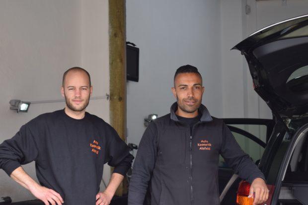 Autos aufbereiten ist ihr Alltag: Erman Öperli (rechts) und sein Mitarbeiter Daniel Schneider (links) machten ihre Leidenschaft zum Beruf. Foto: ls