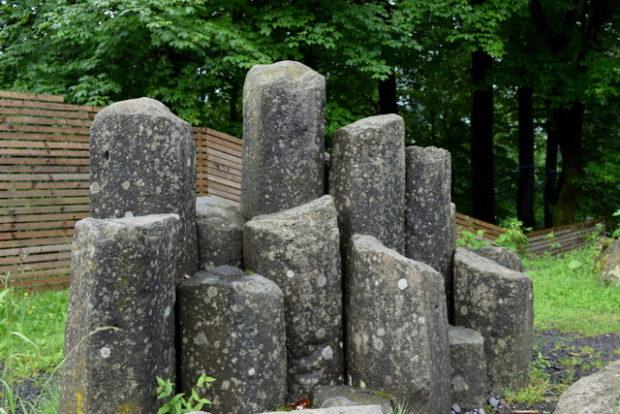 Basalt Stehlen vor dem Naturpark-Museum auf dem Hoherodskopf.
