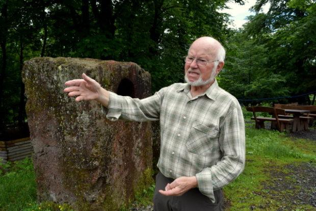 Otto Kirchner vor einem Gesteinsbrocken aus Vulkanasche: Der gelernte Elektriker ist Naturexperte auf dem Vulkan.