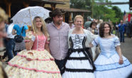 """Wilder Westen zum Anfassen: Am Wochenende flanieren viele Besucher in historischen Kostümen durch die Westernstadt """"Lingelcreek"""". Fotos: jal"""