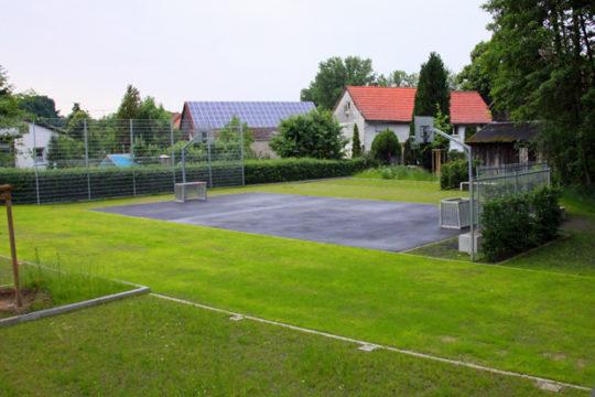 Blick auf den Multifunktionsplatz, der bei Veranstaltungen im DGH als Parkfläche genutzt werden kann.