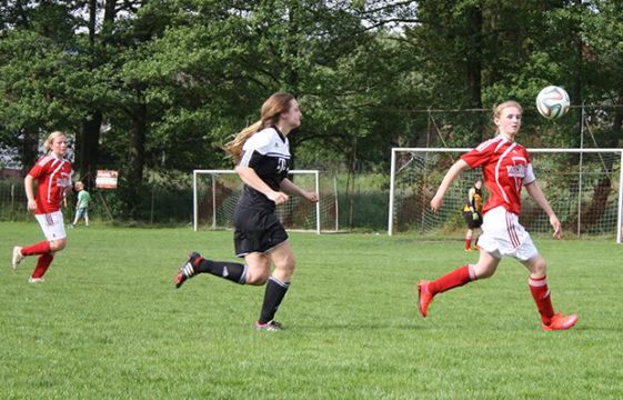Franziska Piera läuft den Ball ab und klärt nach vorne.