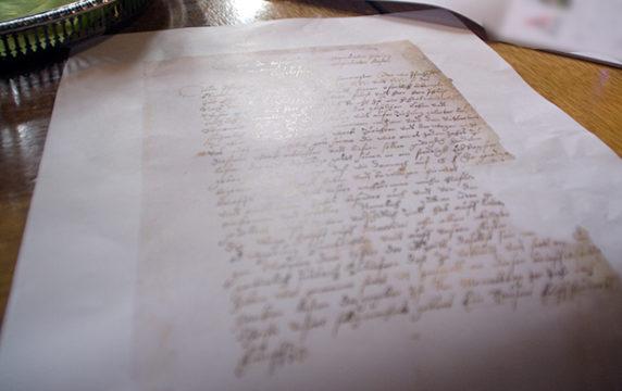 Viele aufgefunde Dokumente haben den Beleg erbracht. Einige hatte Stefan Rudolf mitgebracht.