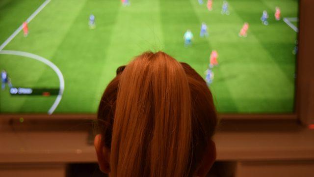 Bewegungsmangel - Jugendliche vor dem Fernseher