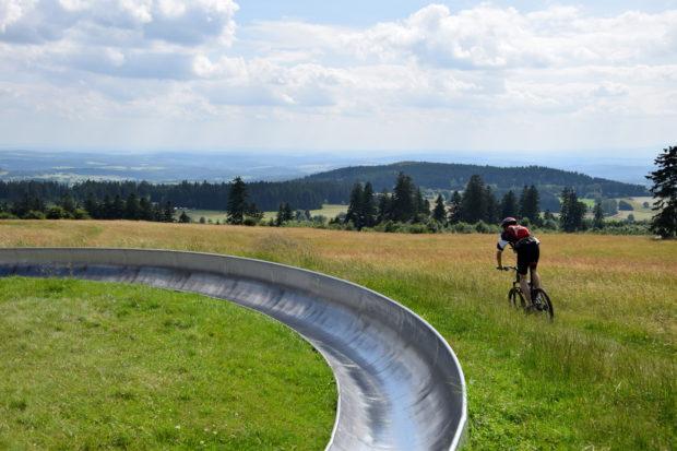 Action mit der Sommerrodelbahn und Mountainbike - und das bei bester Aussicht.