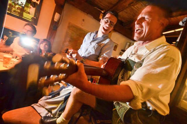 Zum Abschied ein Spontankonzert: Ein Gast in Lederhose und Trachtenhemd aus Franken packte im Irish Pub kurzer Hand seine Gitarre aus. Nun hat die Kneipe in der Oberen Fuldaer Gasse für immer geschlossen.