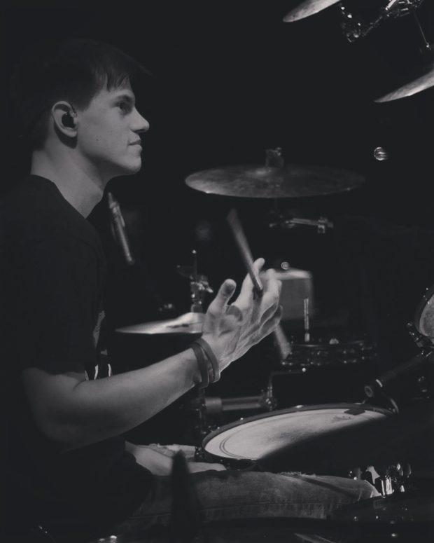 Manuel Schläger in seinem Element. Als Mitglied der Band untermalt er die Vorstellung musikalisch. Foto: privat.
