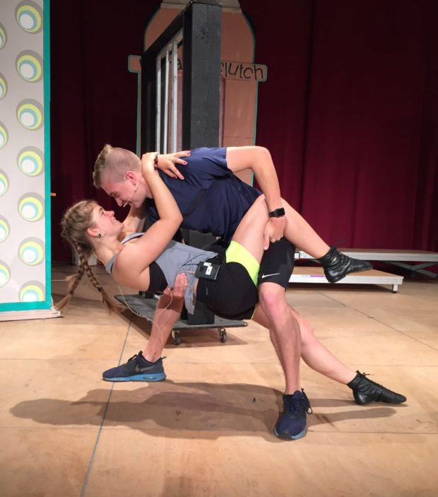 Melina Wagner alias Tracy Turnblad und ihr Schauspielkollege Colin McLemore bei der Arbeit. Foto: privat.