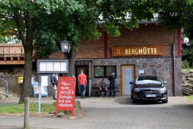 Der Seiteneingang der Berghütte Hoherodskopfklause.