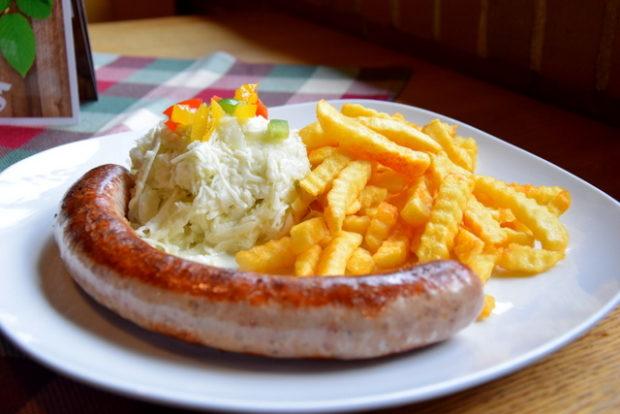 Der Bestseller in der Hoherodskopfklause: Die Kartoffelbratwurst.