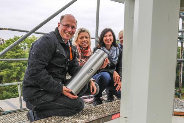 Architekt Jochen Weppler, Bauherrin Tanja Bohn, Statikerin Maike Jungermann und Bauzeichnerin Katharina Runkel am Fuße der Turmspitze. Hier soll die Zeitkapsel ihren Platz finden. (v.l.n.r.)