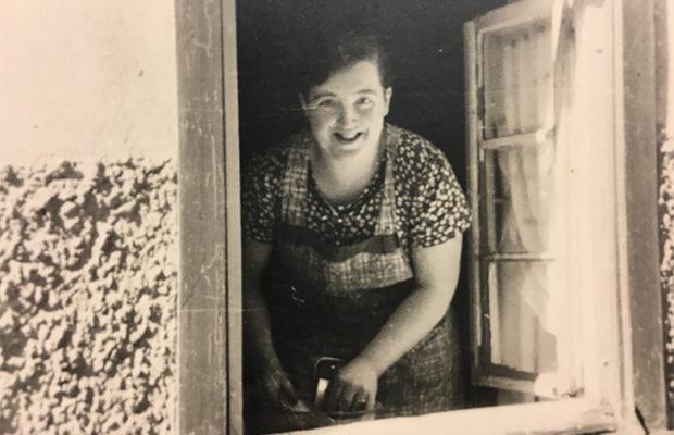 Ilse Knierim am Küchenfenster