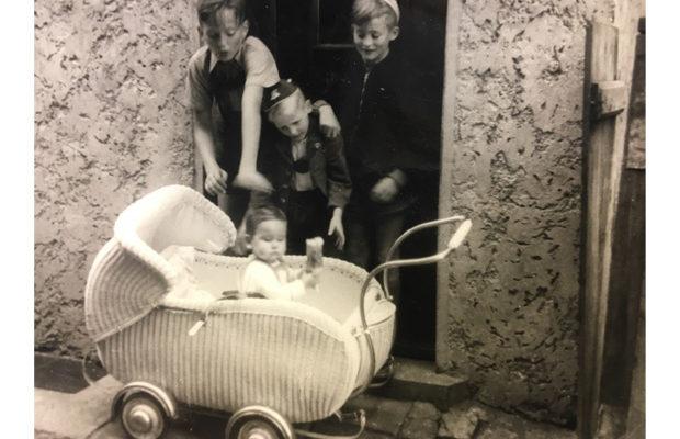 Wilfried, Klaus, Alwin und im Kinderwagen Herta im Saugässchen