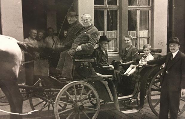 Knierims Landauer‐Kutsche vor dem Haus in der Mainzer Gasse