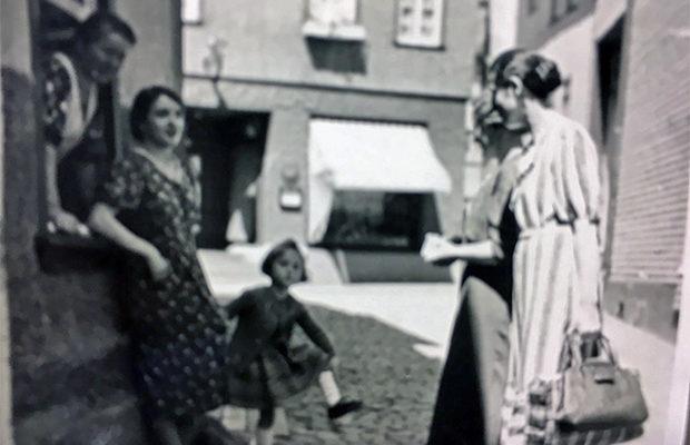 Leben im Saugässchen; im Fenster Oma Lieschen, davor Mariechen mit Edith