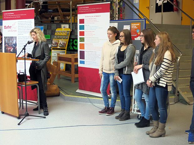"""""""Wie reformativ kann man heute noch wirken?"""" – Diese Frage stellte Schulpfarrerin Katja Dörge mit einigen Schülerinnen."""