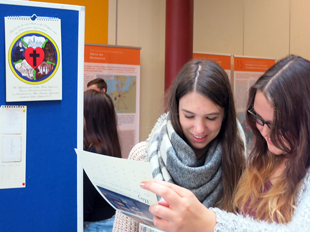 Auf viel Interesse stießen die 24 informativen Tafeln bei den ersten Besuchern.