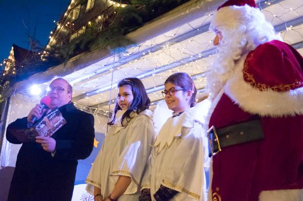 Bürgermeister Stephan Paule zusammen mit den Weihnachtsengeln und dem Weihnachtsbaum auf der Bühne. Alles wie jedes Jahr. Offiziell eröffneten sie den Alsfelder Weihnachtsmarkt.