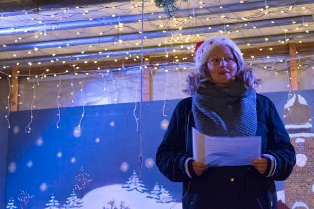 Frau Völker eröffnete den Weihnachtsmarkt mit einer Geschichte über den Weihnachtsbaum.