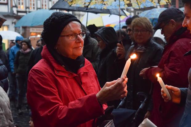 Viele Besucher hatten sich eingefunden und zündeten eine Kerze im Zeichen der Andacht an. Eine friedliche Demo. Foto: ls