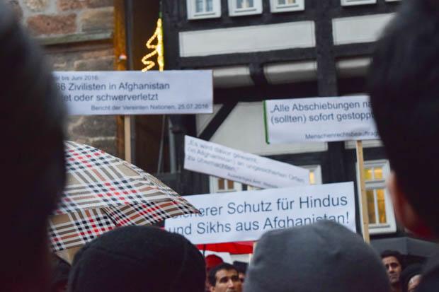 Viele eindeutige Aussagen waren auf den Plakaten über den Köpfen der Menschen zu lesen. Das Ziel war klar. Foto: ls