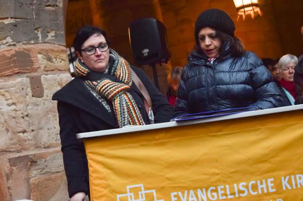 Traudi Schlitt und Yeshna Kapoor vor den Demonstranten auf dem Marktplatz. Aufrüttelnd erzählt Kapoor ihre Geschichte und machte auf die Wichtigkeit dieser Aktion aufmerksam. Foto: ls