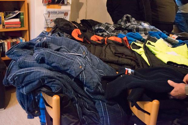 Warme Jacke, Hemden, Pullover, Handschuhe Mützen, Schuhe, Hosen und Westen - alles was man für einen warmen Winter braucht, besorgte der Club inZusammenarbeit mit dem AEZ. Foto: ls