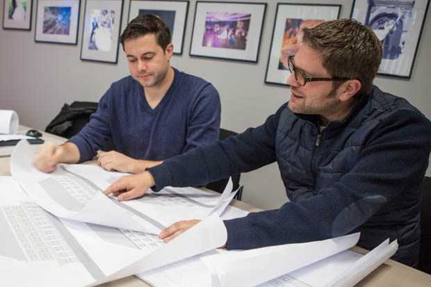 Inhaber Torsten Schneider zusammen mit Lars Wilhelm vor den Plänen der Post.