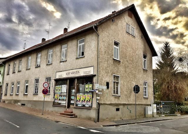 Soll abgerissen werden: Das ehemalige Textilgeschäft Kristen macht Platz für seniorengerechte Wohnungen. Foto: ol