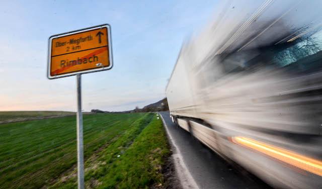 150 LKW hätten in jeder Nacht zu einem Gewerbegebiet bei Rimbach hin und zurück fahren sollen. Doch jetzt hat die Stadt Schlitz das Vorhaben überraschend gekippt. Fotos: OL