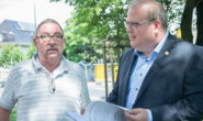 Hans-Georg Braun, ehemaliger Wirt des Brünnchens, übergibt 1029 Unterschriften zum Erhalt der Linden an Bürgermeister Stephan Paule. Fotos: ls