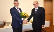 Wahlverlierer Friedel Kappes (rechts) gratuliert dem alten und neuen Landrat Manfred Görig. Foto: jal