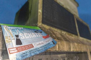 """Ein Plakat für den Markt """"Weiberschätze"""" neben einem Ehrenmal für gefallene Soldaten der Weltkriege in Alsfeld. Foto: ol"""