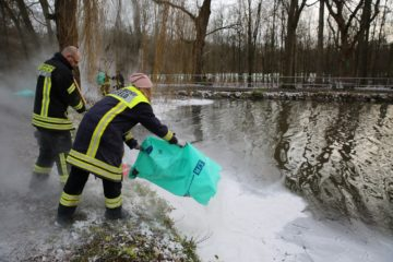 Feuerwehrleute bekämpfen das Öl in Alsfeld mit Bindemittel. Foto: privat