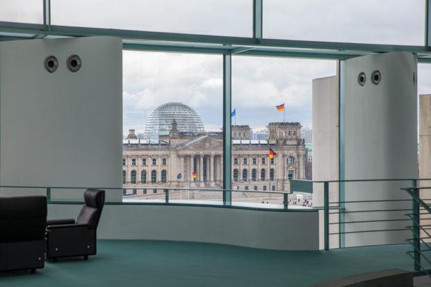 Blick auf den Reichstag aus dem Berliner Kanzleramt.