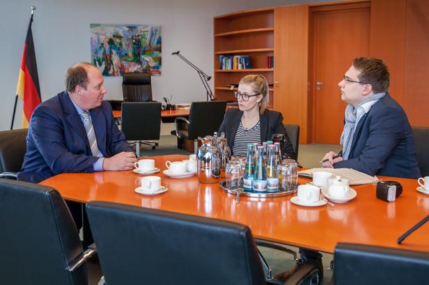 Im Gespräch: Minister Helge Braun, OL-Volontärin Luisa Stock und OL-Chefredakteur Juri Auel.