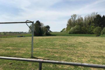Das muss noch besser werden: der Sportplatz in Angenrod. Foto: Bunte Liga