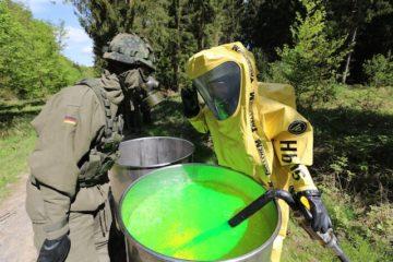 Ein Sinnbild für die Zusammenarbeit: Ein Soldat und ein ziviler Helfer in Schutzkleidung beschäftigen sich mit dem fiktiven Gefahrengut. Fotos: privat
