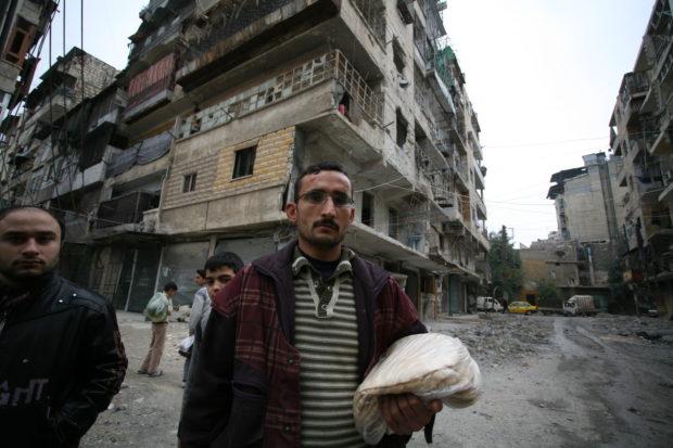 Ein Mann steht im völlig zerstörten Aleppo. Foto: People in Need/Welthungerhilfe